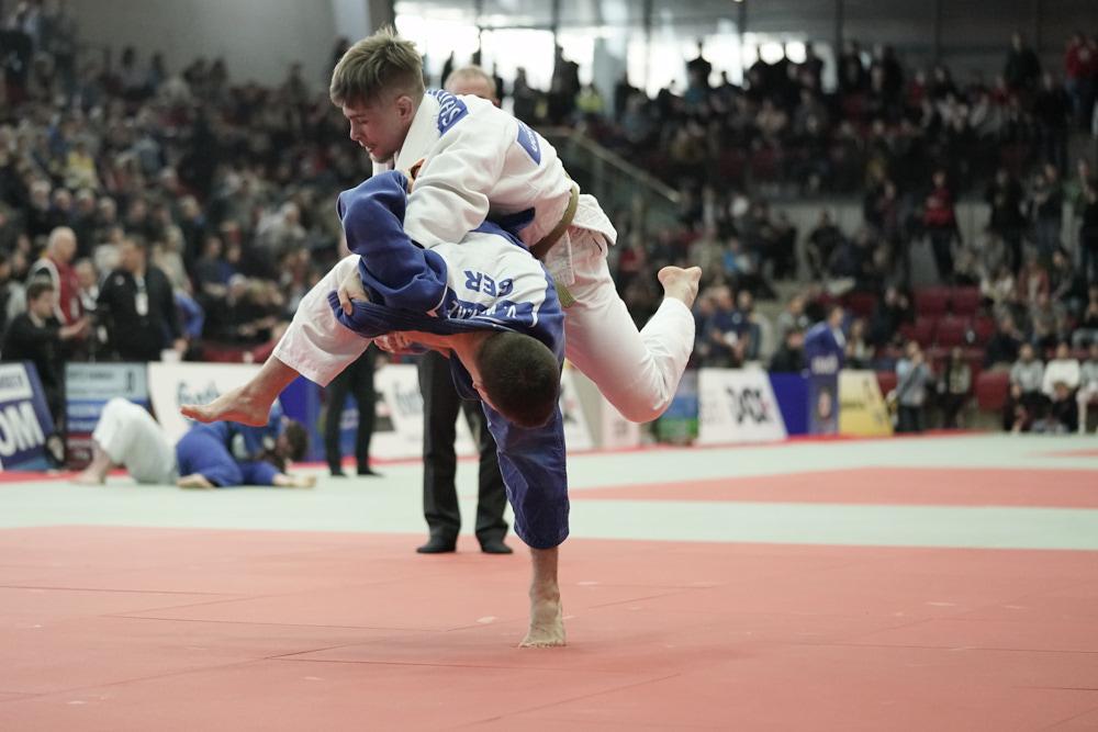 Judowettkampf, der Kämpfer in blau wirft den Kämpfer in weiß