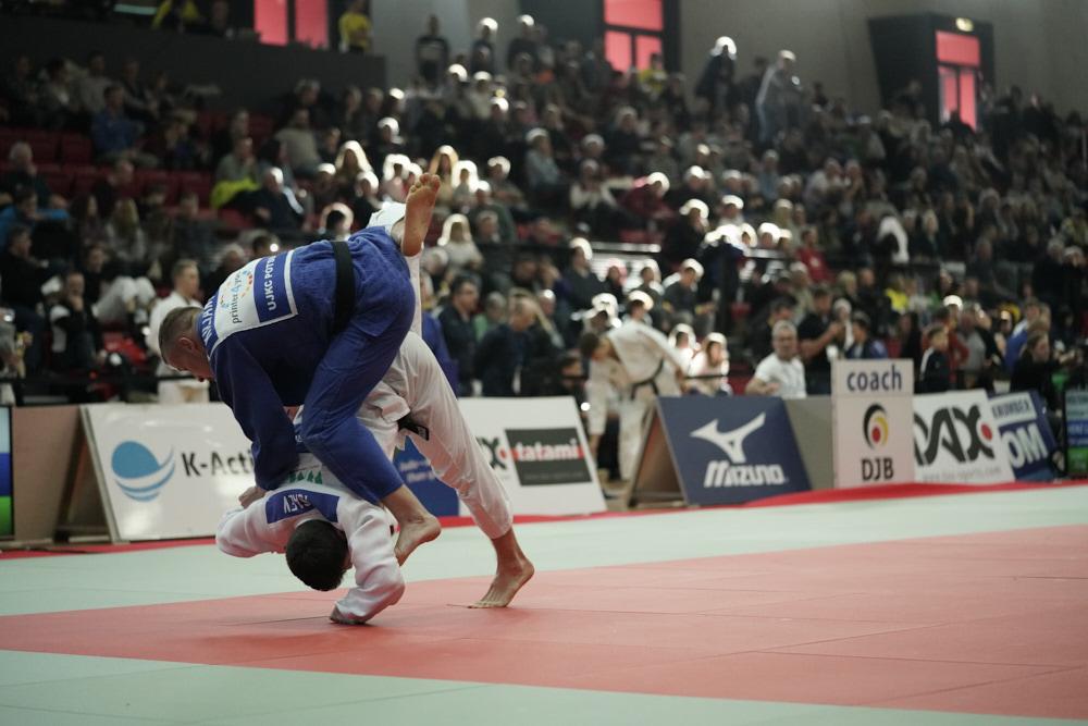 Judo Wettkampf, der Kämpfer in weiß greift den Kämpfer in blau an