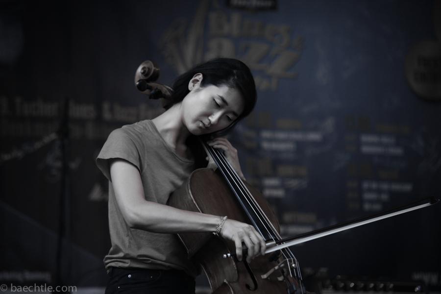 Eine Asiatin spielt Cello