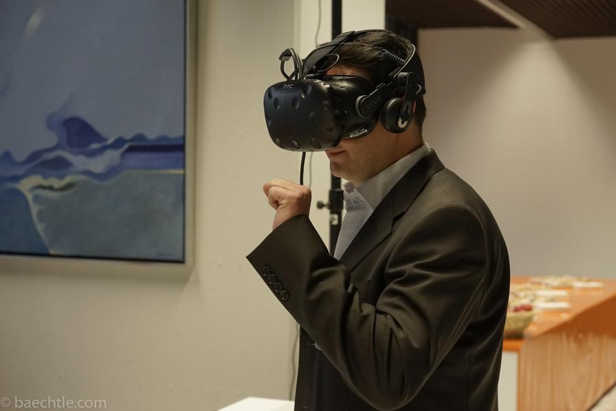 Ein Mann mit einer Datenbrille