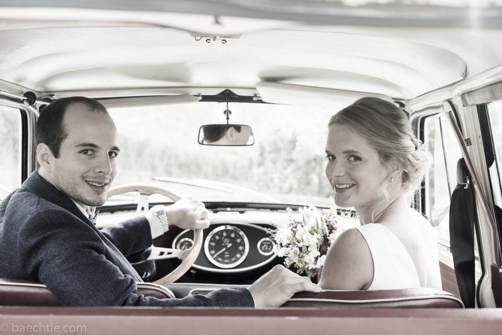Ein Brautpaar beim Hochzeitsshooting im Auto. Hochzeitsfotografie in Stuttgart.