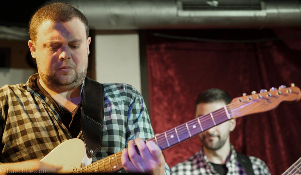 Ein Gitarrist bei einem Konzert