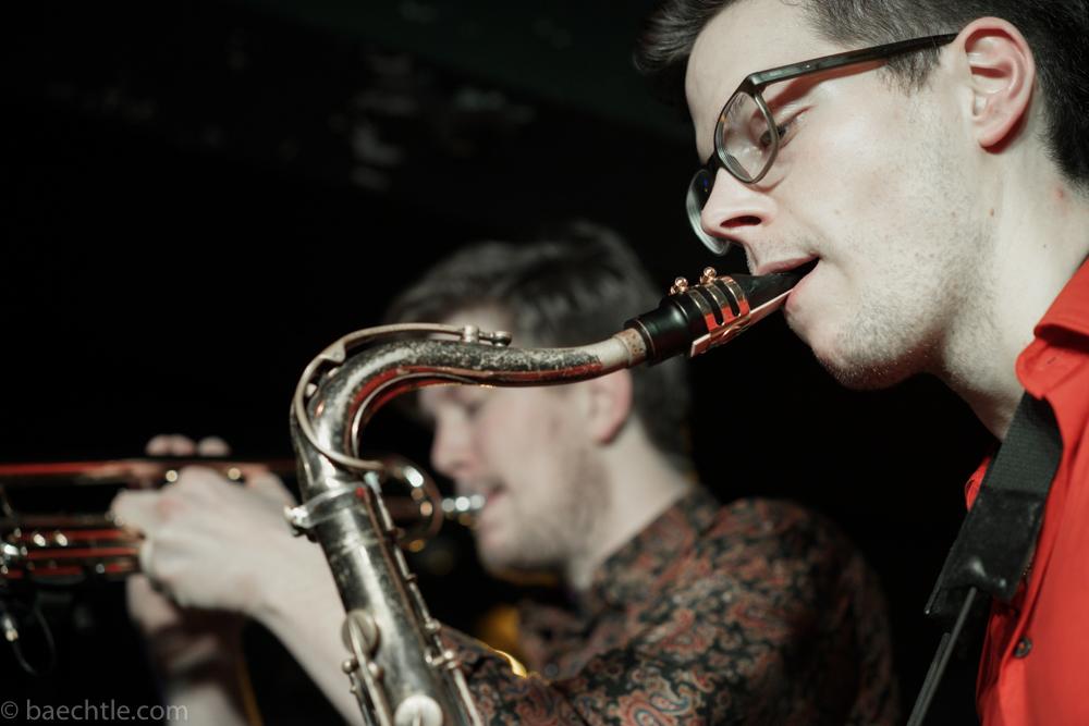 zu sehen sind ein Saxofonist und ein Trompeter in der Seitenansicht