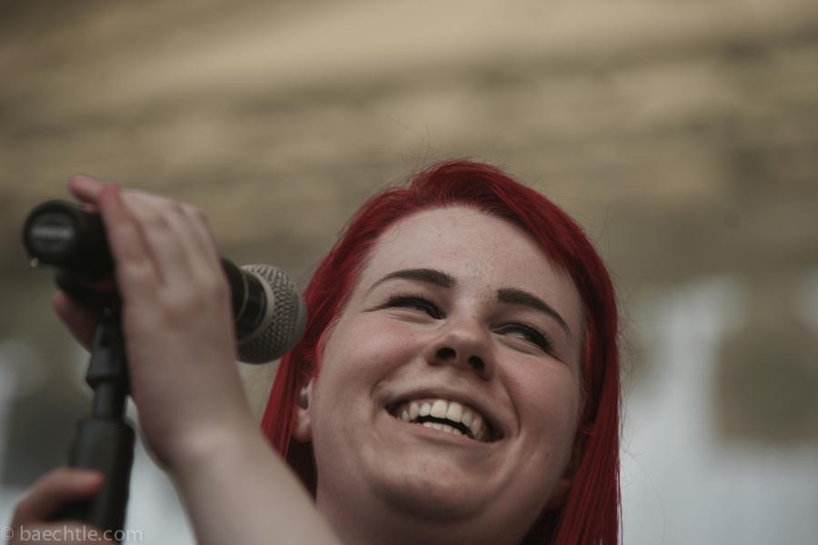 Eine junge Sängerin am Mikrofon