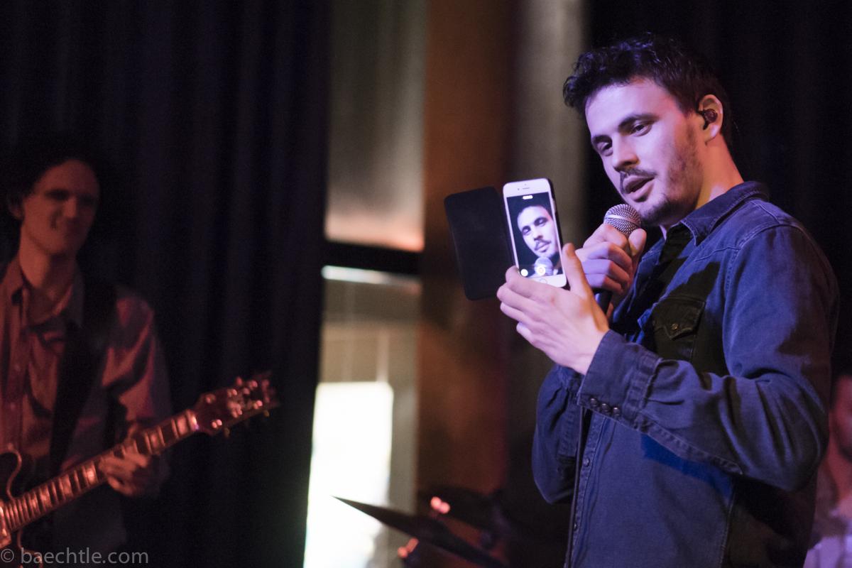 Daniel Stoyanov, Sänger von Malky, mit einem Smartphone