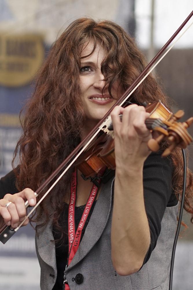 Monika Romanovska, Sängerin und Geigerin der Band My Wood beim 8. Tucher Jazz- und Blues-Festival 2014 – Sony a7, Sony 1,8/55 Sonnar, ISO 500, f 2,2, t 1/1600
