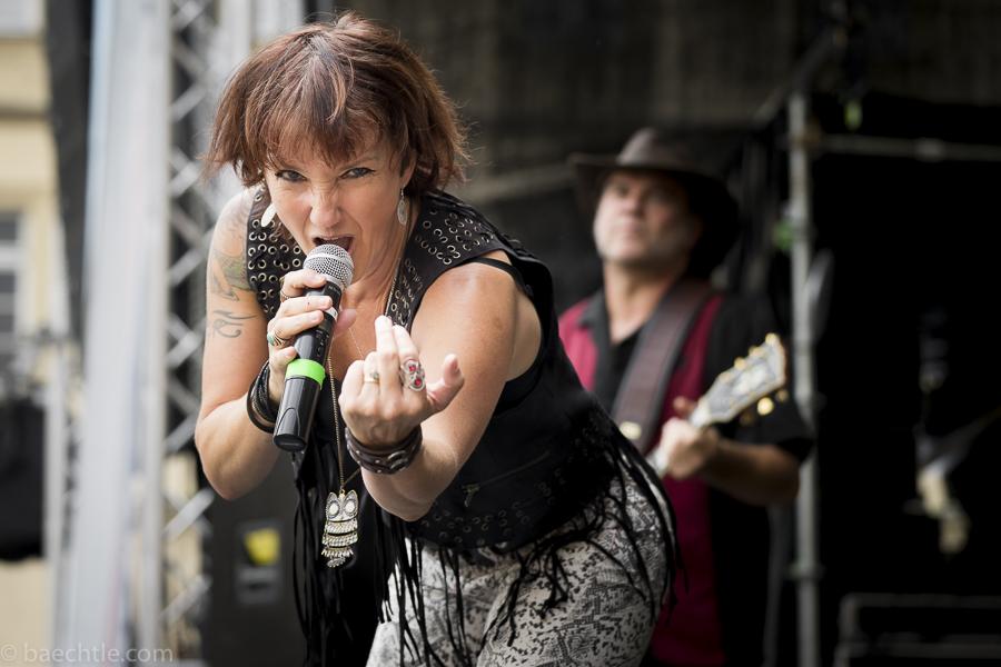Fotografie beim Konzert: Eine Sängerin mit Mikrofon auf einer Bühne
