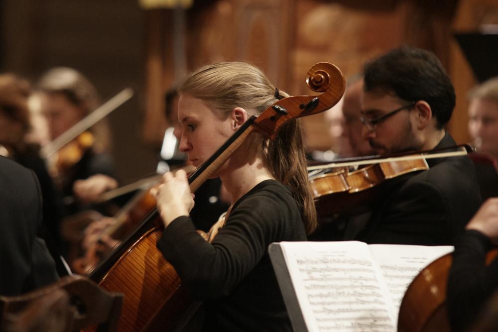 Cellistin eines Orchesters