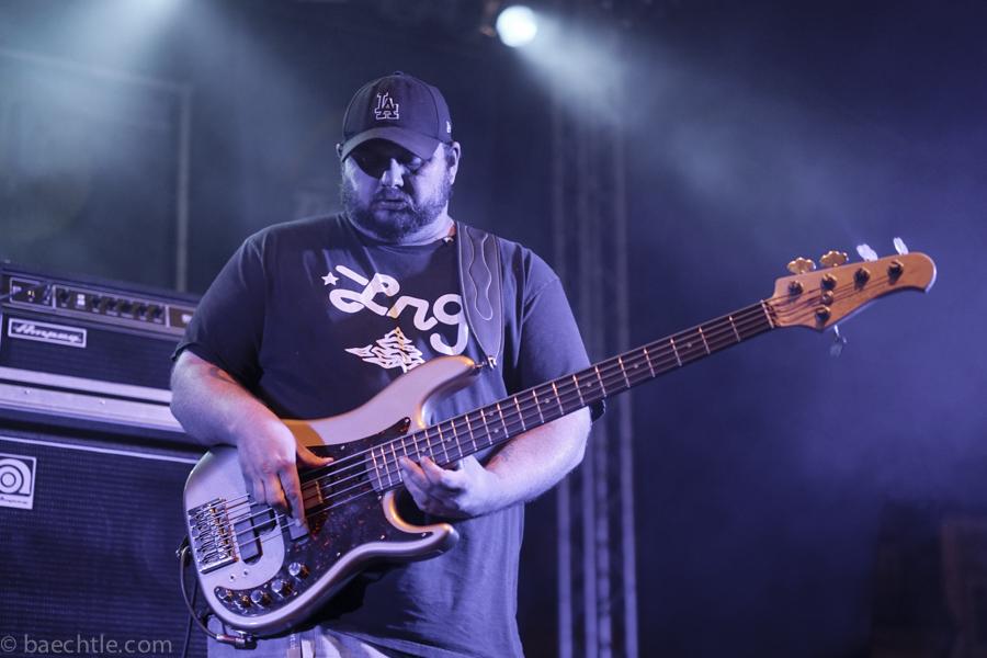 Großer Name, großer Bassist: Travis Carlton.