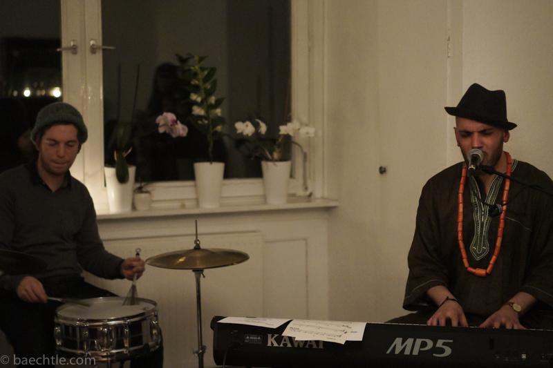 Der Musiker Jumaa an einem Keyboard