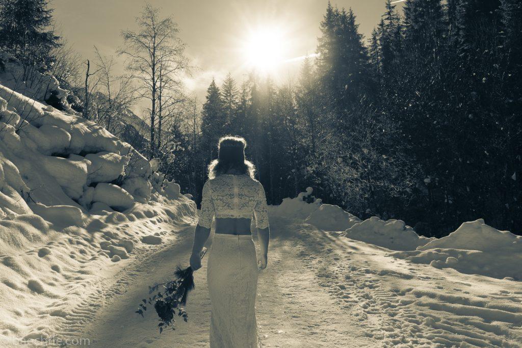 Fotografie bei einer Hochzeit: Eine Braut steht auf einem Weg im Winter.