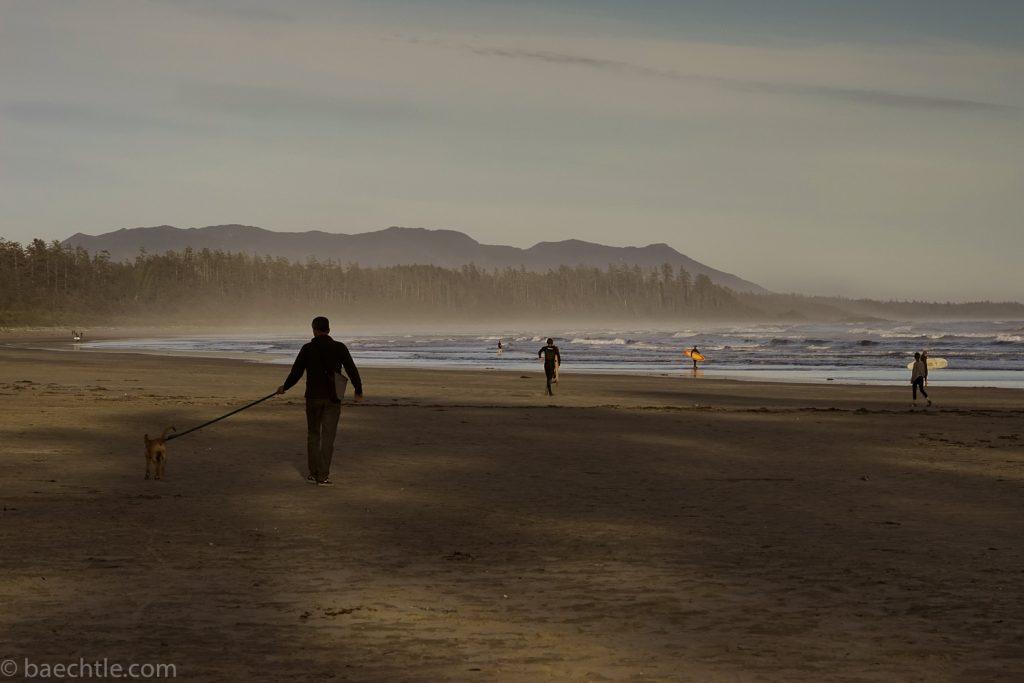 Fotografie der Freizeit: Ein Mann geht an einem Stran mit seinem Hund spazieren